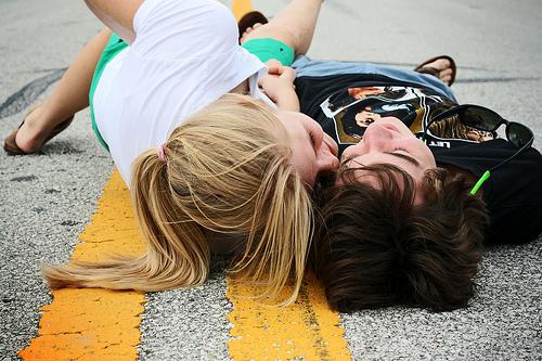 情侣接吻图片 很幸福的情侣接吻个性图片